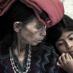 María Toj, víctima y testigo de las agresiones, junto a su nieta. Foto: Ofelia de Pablo y Javier Zurita