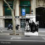 Instalación Runa, Jardinets del Passeig de Gràcia, Barcelona, 2008. Un grupo de personas observan un combate aéreo pocos días antes de la entrada de las tropas franquistas en la ciudad. (Foto Robert Capa, Magnum) © Ricard Martínez, 2008